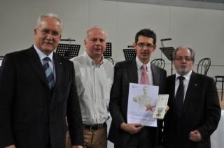 La consegna del premio al presidente di AV Christian Zovico