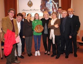 Federica Del Buono (AV Frattin Auto – GS Forestale) con i promotori e le autorità alla consegna del premio, foto Colombo Fidal